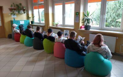 Kolorowe pufy dla uczniów – szkolna strefa relaksu